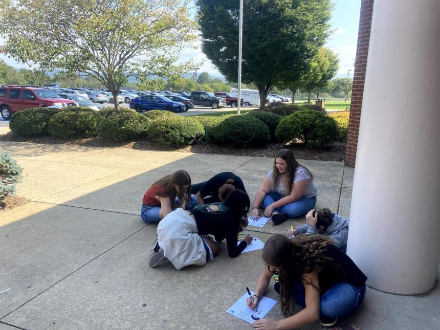 Ms. Vests 5th period works on coloring banners.